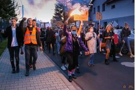 Maszerujący protestujący trzymające banery