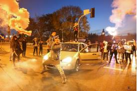 Mężczyzna tańczący na skrzyżowaniu