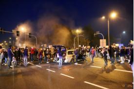 Protestujący stojący na skrzyżowaniu