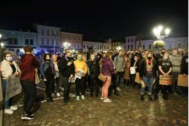 Zebranie protestujących na rynku