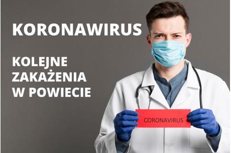 Mężczyzna w maseczce trzymający w dłoniach kartkę z napisem Koronawirus.