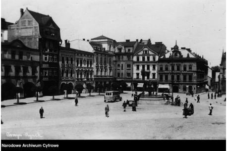Cieszyński rynek w latach 20. XX wieku. Po prawej widać Dom Narodowy. Fot. Narodowe Archiwum Cyfrowe