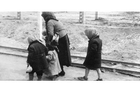 O chłopcu, który poszedł za tatą do Auschwitz - To opowieść o miłości, która daje odwagę, by zejść do piekła i siłę, by to piekło przetrwać (fot. wikipedia.org)