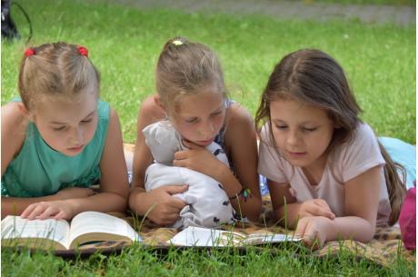 dzieci czytające książkę fot. ARC OX.PL