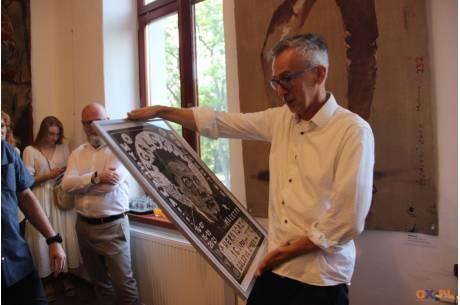 Leszek Żegalski z prezentem (grafika - wykonanie Robert Heczko)/ fot. MSZ
