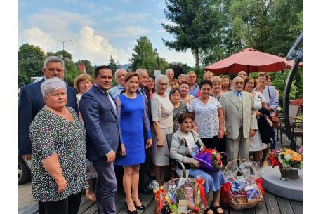 Pani Zuzanna w gronie rodziny i przyjaciół wraz z Burmistrzem Wisły fot. wisla.pl
