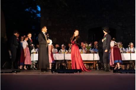 """zdjęcie z widowiska """"Wesele po naszymu"""" fot. arc. ox.pl"""