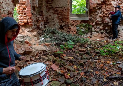 """Joszko Broda (w tle) na planie zdjęciowym teledysku do utworu """"Hołd"""". Źródło: luxtorpeda.eu"""