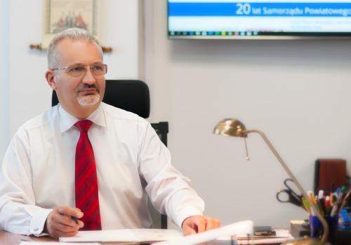 Mieczysław Szczurek apeluje o pomoc dla DPS -ów Fot: Starostwo Powiatowe w Cieszynie