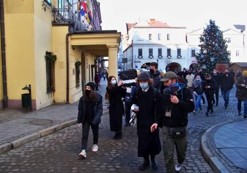 Uczestnicy protestu niosący symboliczną trumnę polskiej edukacji. Fot. KR/ox.pl