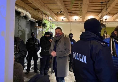 """Poseł Koperski w restauracji """"U Trzech Braci"""" w niedzielę (10.01). Źródło: twitter.com/KoperskiPrzemek"""