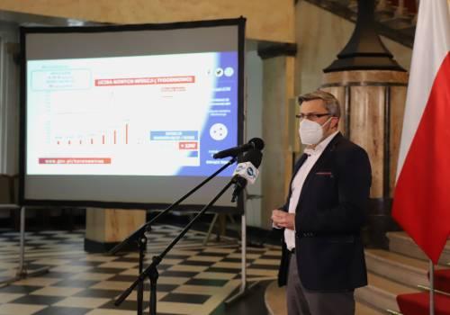 Wojewoda Śląski podczas konferencji fot facebook wojewody śląskiego