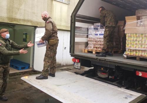 Wojska pomogły w przewiezieniu  żywności fot. UG Jasienica