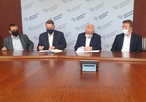 Umowę z konsorcjum podpisali Jarosław Klimaszewski oraz Andrzej Płonka - przewodniczący oraz wiceprzewodniczący zarządu Aglomeracji Beskidzkiej. Źródło: facebook.com/Stowarzyszenie-Aglomeracja-Beskidzka