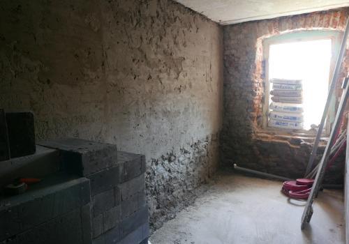 Obecnie trwają prace remontowe – mieszkanie będzie mieściło się przy ulicy Rynek 16 w Strumieniu/ fot. Gmina Strumień