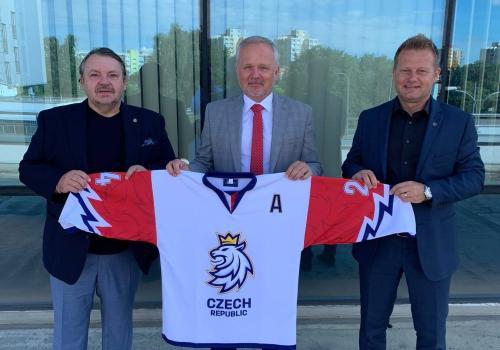 Folwarczny (w środku) wraz z Tomášem Králem i Alešem Pavlíkiem - prezesem i wiceprezesem Czeskiego Związku Hokeja na Lodzie. Źródło: facebook.com/StachoFolwarczny