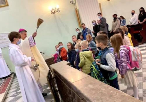 Podczas wyjątkowej Eucharystii Biskup poświęcił pierwszoklasistom tornistry i przybory szkolne. fot.diecezja.bielsko.pl