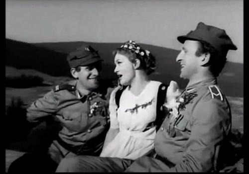 """Wiesław Gołas (na zdjęciu po lewej). Fot. kadr z finałowego odcinka serialu """"Czterej Pancerni i Pies""""."""