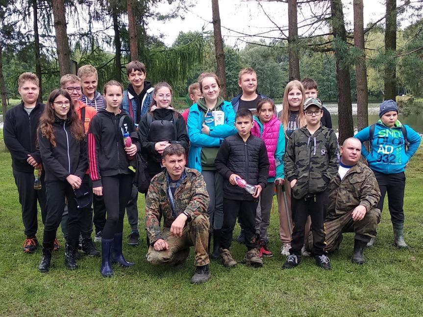 Grupa uczestników zawodów z opiekunami z ramienia pogwizdowskiego Koła PZW