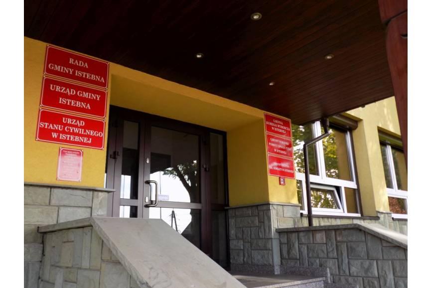 Główne wejście do  Urzędu Gminy Istebna