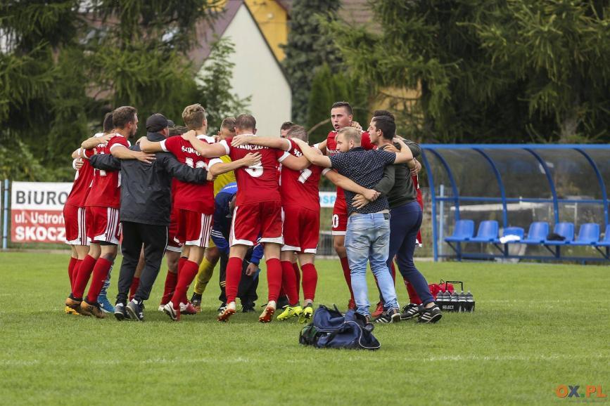 Grupa rezerwowych piłkarzu z Beskidu radująca się z zwycięstwa