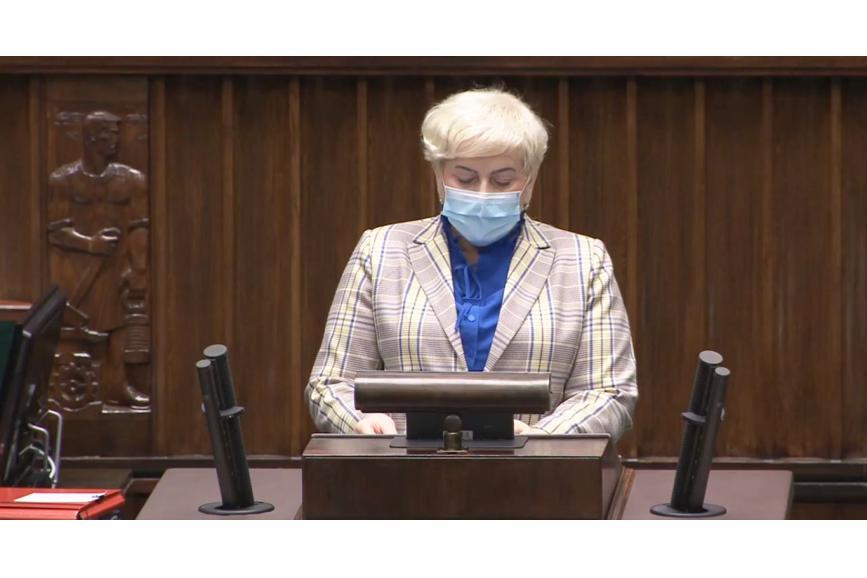 Małgorzata Pępek w maseczce przemawiająca do ludzi