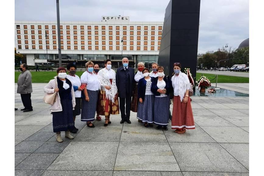 Grupa kobiet z samorządu z Istebnej pod pomnikiem Lecha Kaczyńskiego