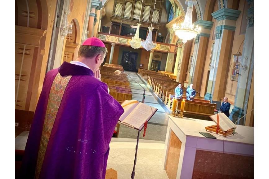 Biskup na tle kościoła