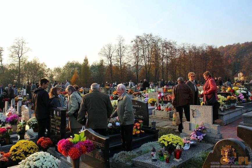 Ludzie stojący przy grobach