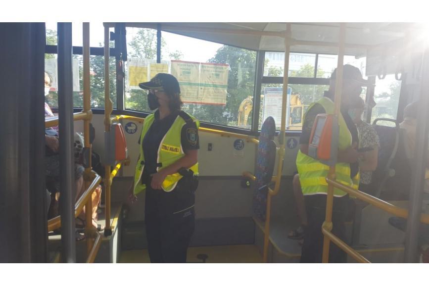 Policjantka Pilnująca porządku w autobusie