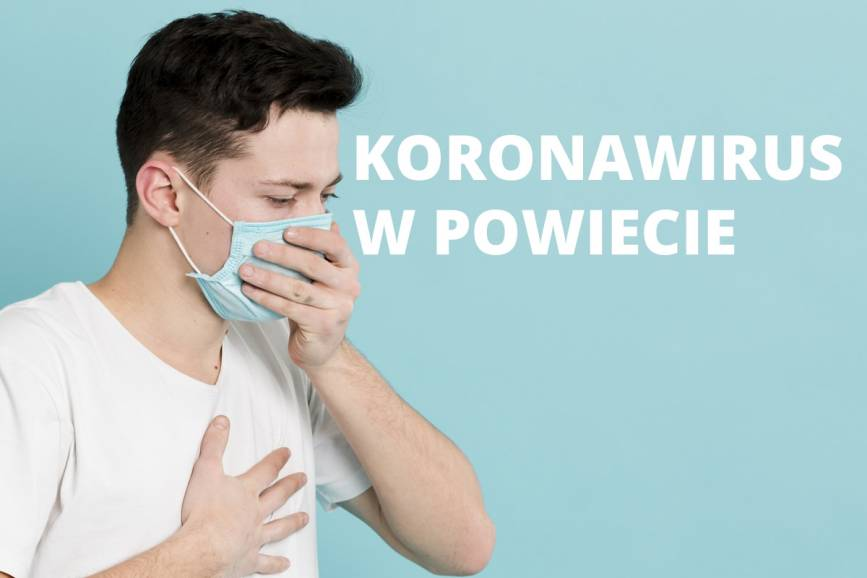Mężczyzna w maseczce trzymający się za klatkę piersiową i usta